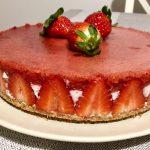 Prezentare cheesecake fără coacere cu jeleu de căpșune