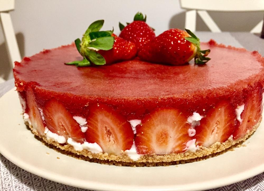 Cheesecake fără coacere cu jeleu de căpșune