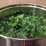 Spanac în apă fiartă pentru ciorbă de spanac
