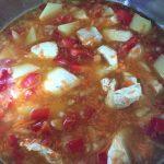 Mâncare de fasole teci cu piept de pui în timpul gătirii