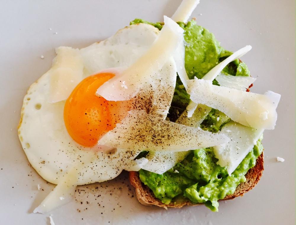 Pâine prăjită cu pastă de avocado și ou ochi