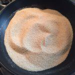 Pesmet în tigaie pentru papanași fierți cu brânză și pesmet prăjit