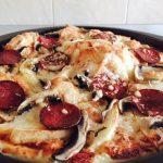 Pizza de casă gustoasă cu salam crud și cartofi