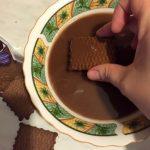 Biscuiți înmuiați în ciocolată caldă pentru prăjitura Tosca
