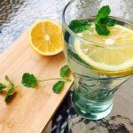 Pahar cu apă minerală și sirop de soc