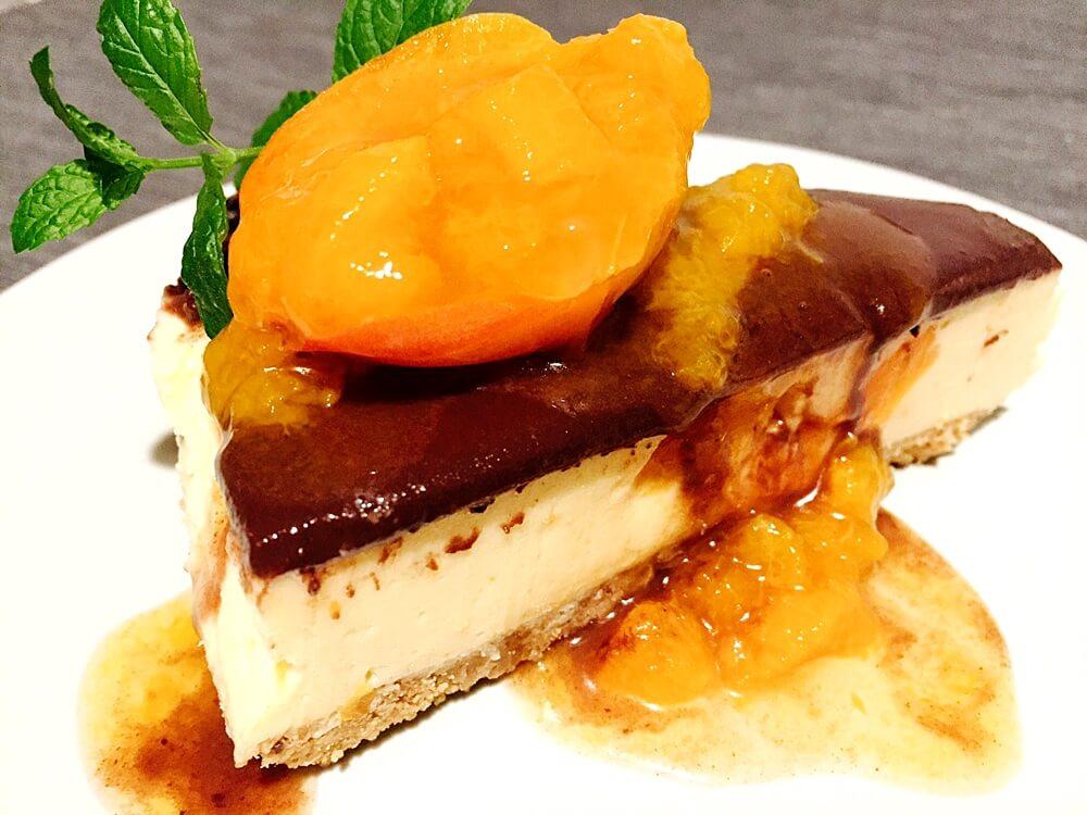 Felie de cheesecake cu caise și ciocolată