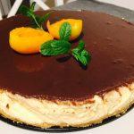 Cheesecake cu caise și ciocolată decorat
