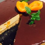 Secțiune cheesecake cu caise și ciocolată