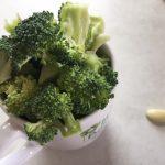 Broccoli mărunțit pentru rețeta de spaghetti cu piept de pui, bacon și broccoli