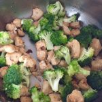 Piept de pui prăjit și broccoli pentru rețeta de spaghetti cu piept de pui, bacon și broccoli