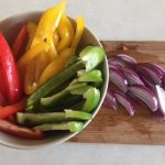 Ingrediente pentru paste cu pui, ardei gras și turmeric