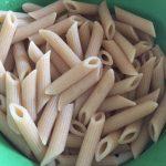 Paste integrale pentru paste cu pui, ardei gras și turmeric