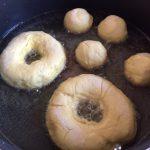 Papanași prăjiți cu smântână și dulceață la prăjit în tigaie