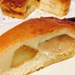 Felie de tort cu mere și cremă de zahăr ars