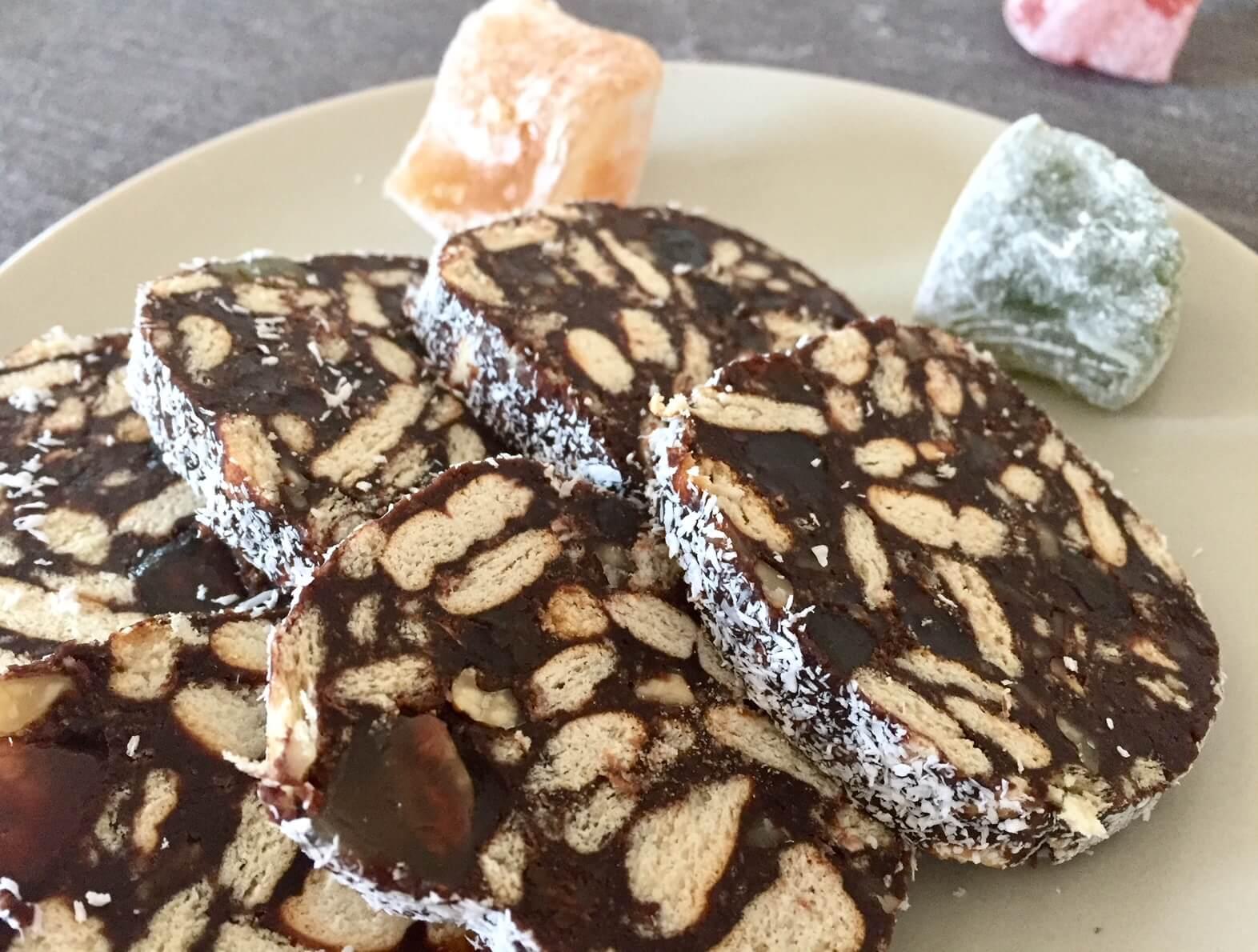 Salam de biscuiți cu nucă, rahat și stafide